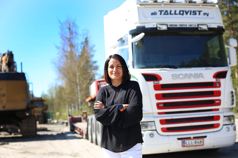 Kuvassa Gina Tallqvist Ab Tallqvist Oy:n pihamaalla. Taustalla kuljetuskalustoa.