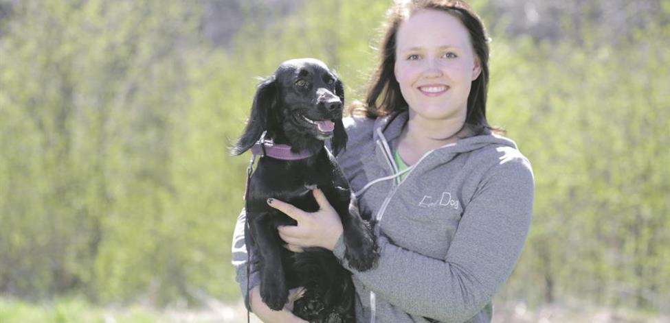 Jenna Vuori koira sylissään