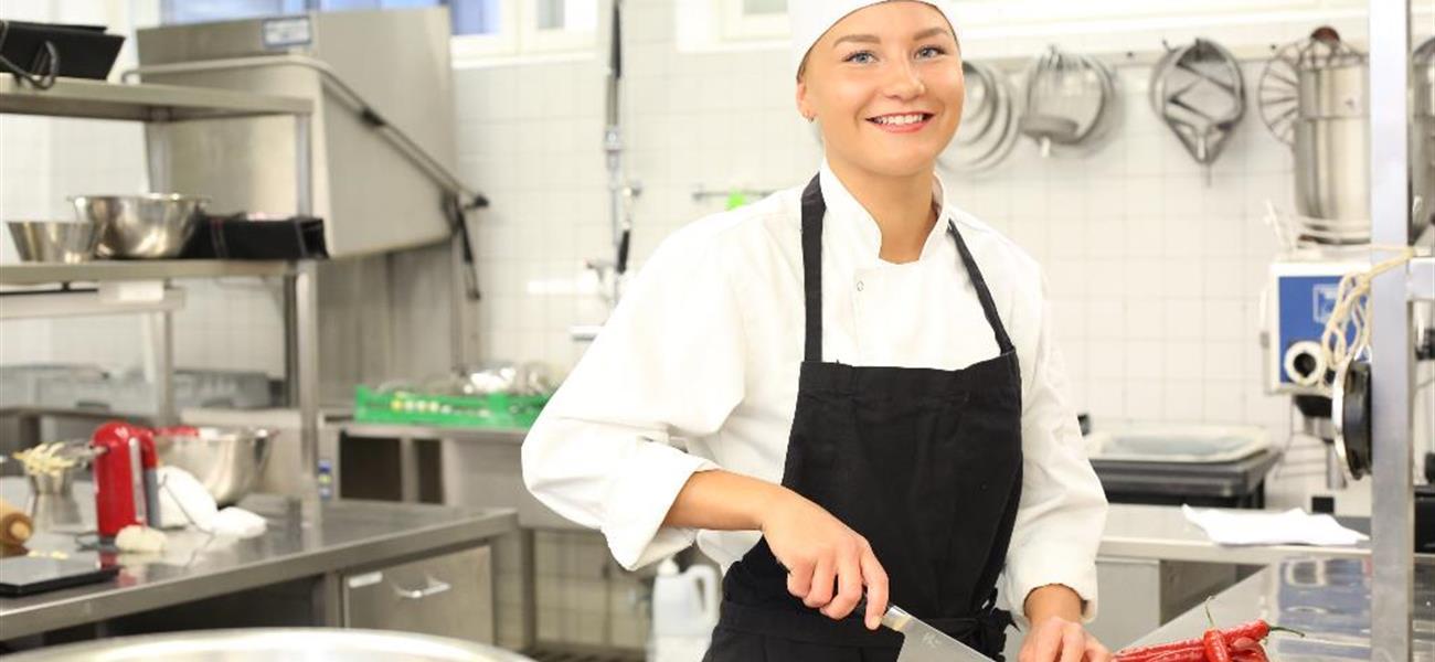 Adele Kinnunen keittiössä töissä