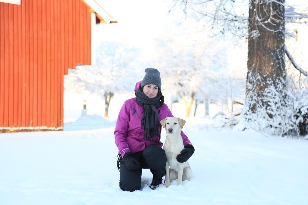 Aino Ronkainen koiran kanssa talvimaisemassa