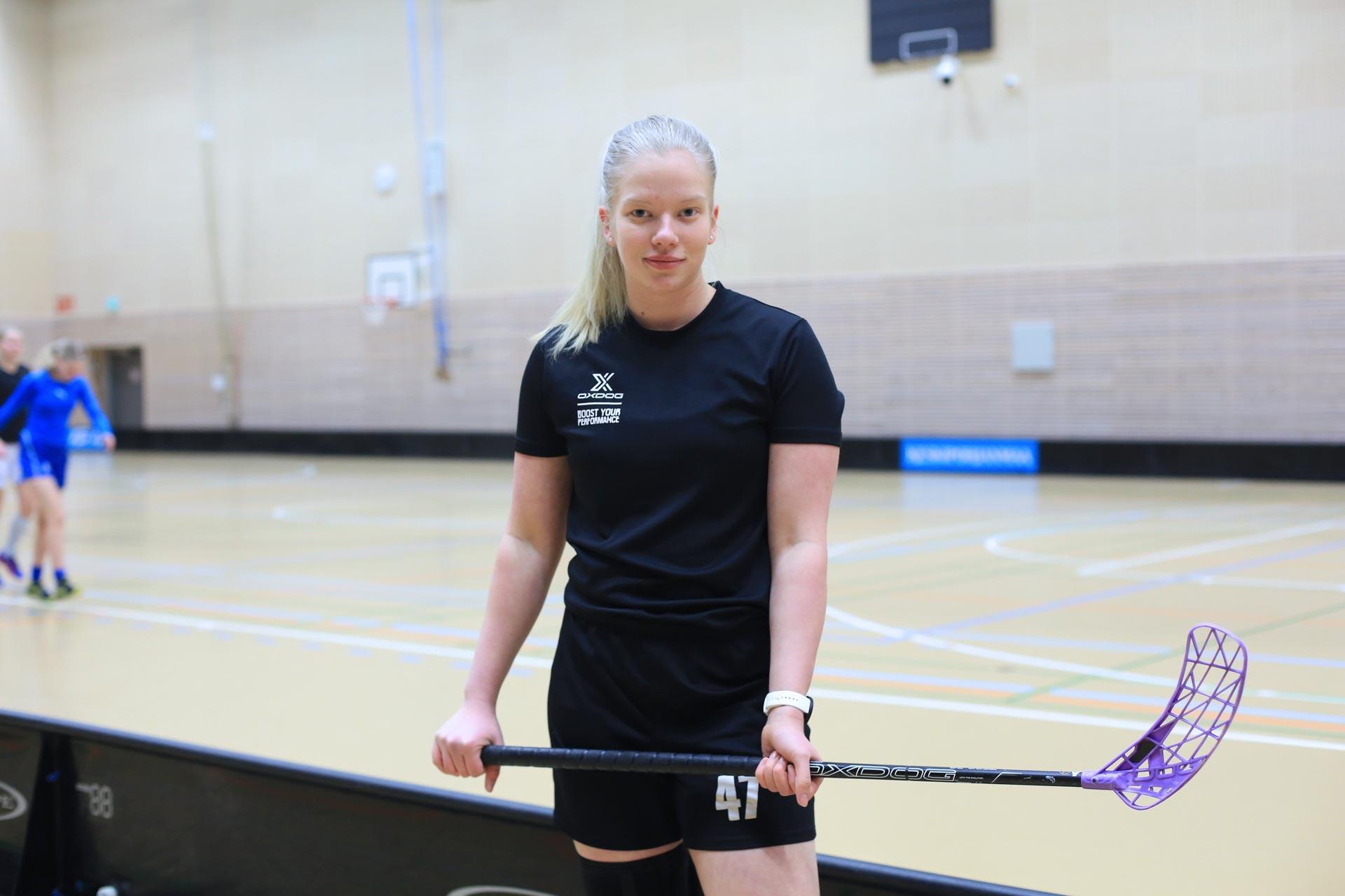 Kuvassa ammattilukiossa ja UrheiluAmiksessa opiskeleva Anniina Hakala poseeraa sählykentällä.