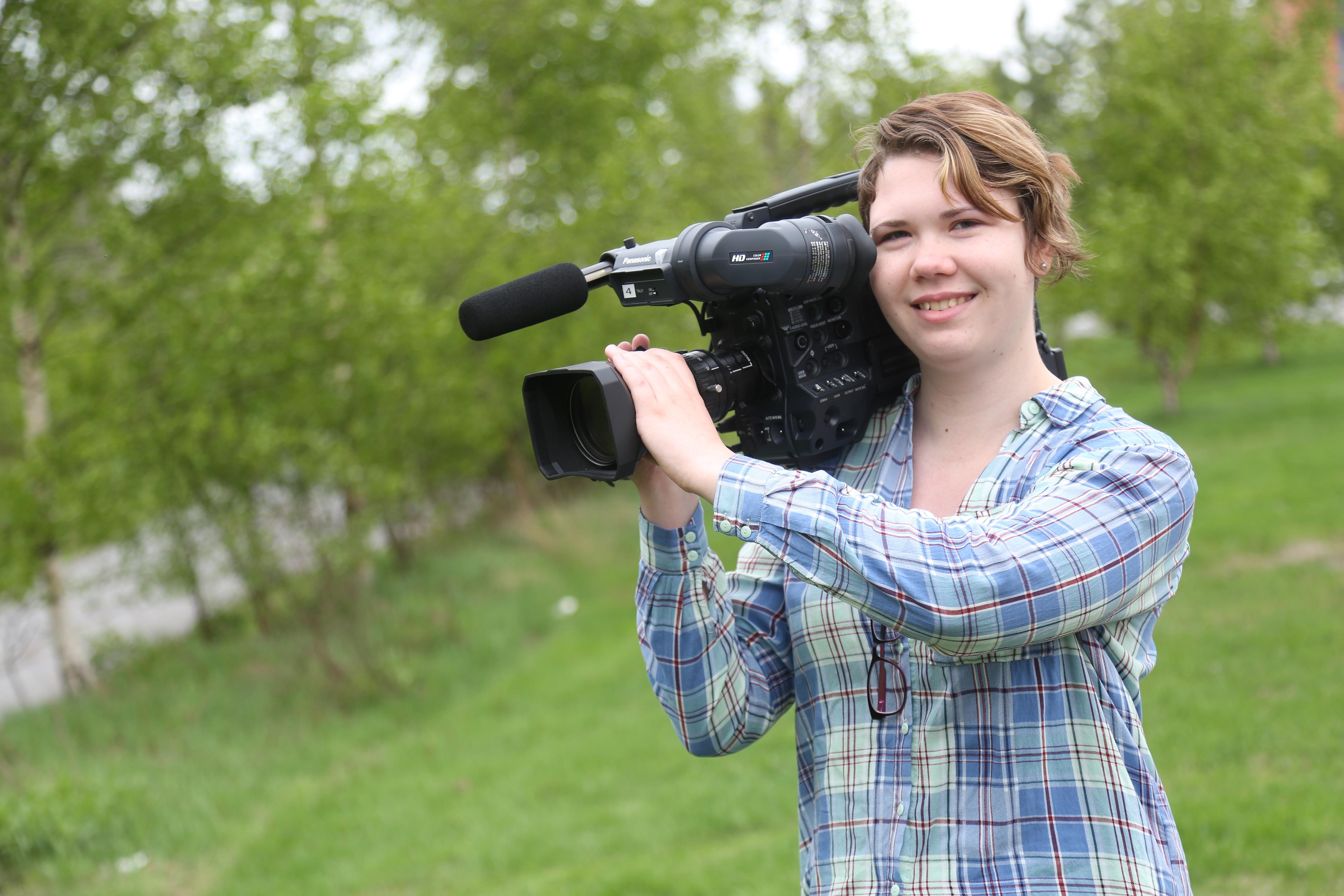 Lea Äyhynmäki elokuvakamera olallaan