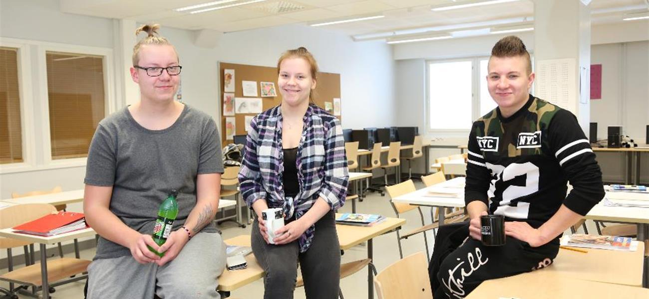 Emil, Neea ja Jerry Valman luokkahuoneessa