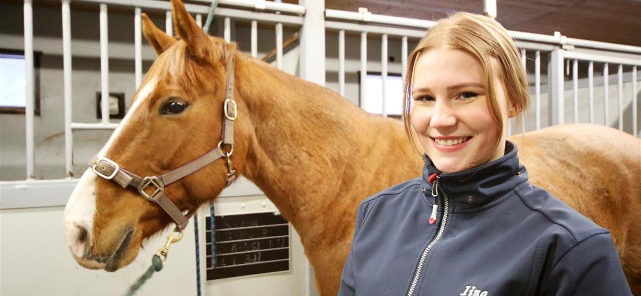 Iina Leponiemi opiskelee hevostenhoitoa