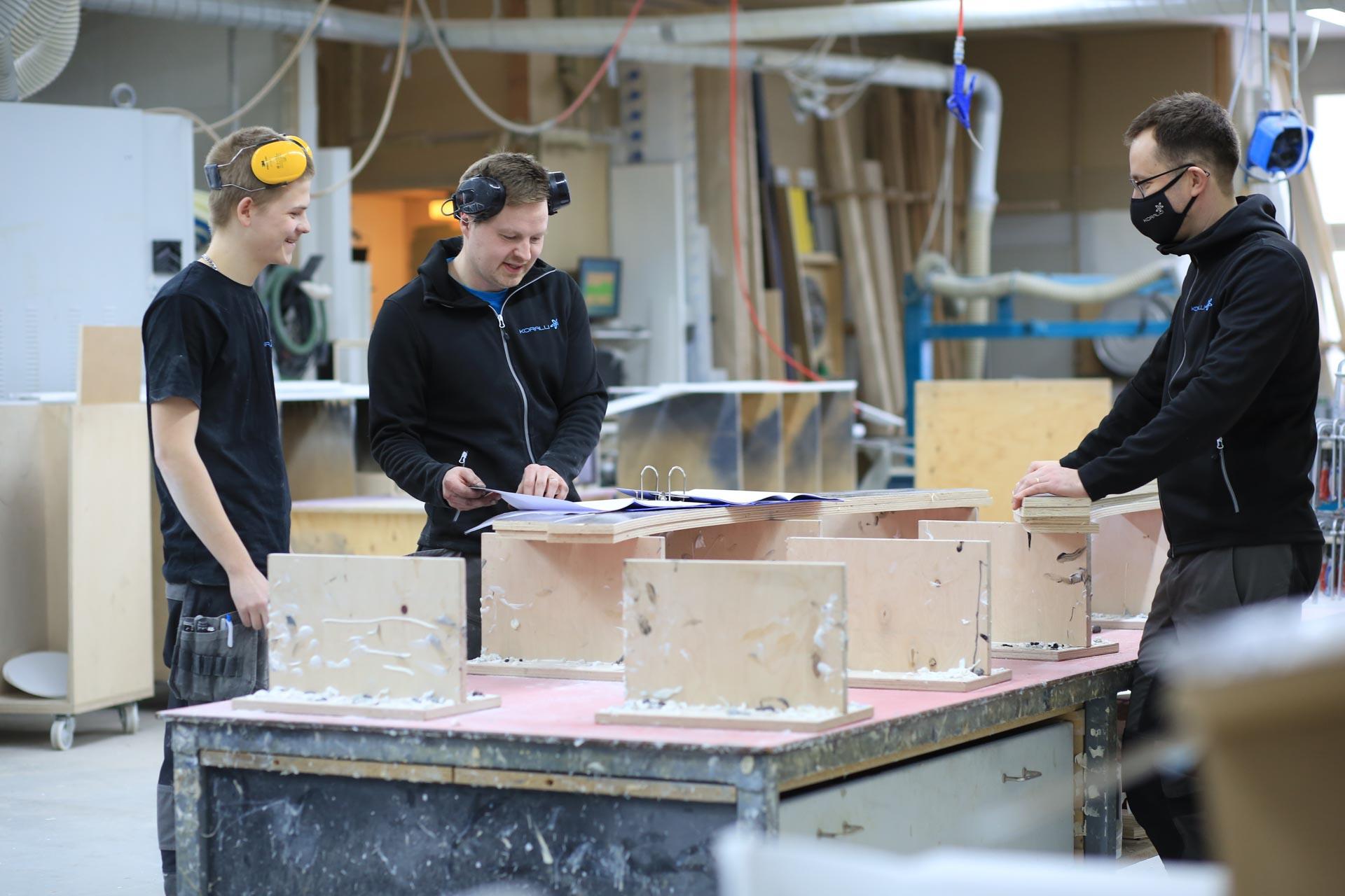 Kuvassa opiskelija Iiro Hiltula työssään Koralli-Tuotteella.