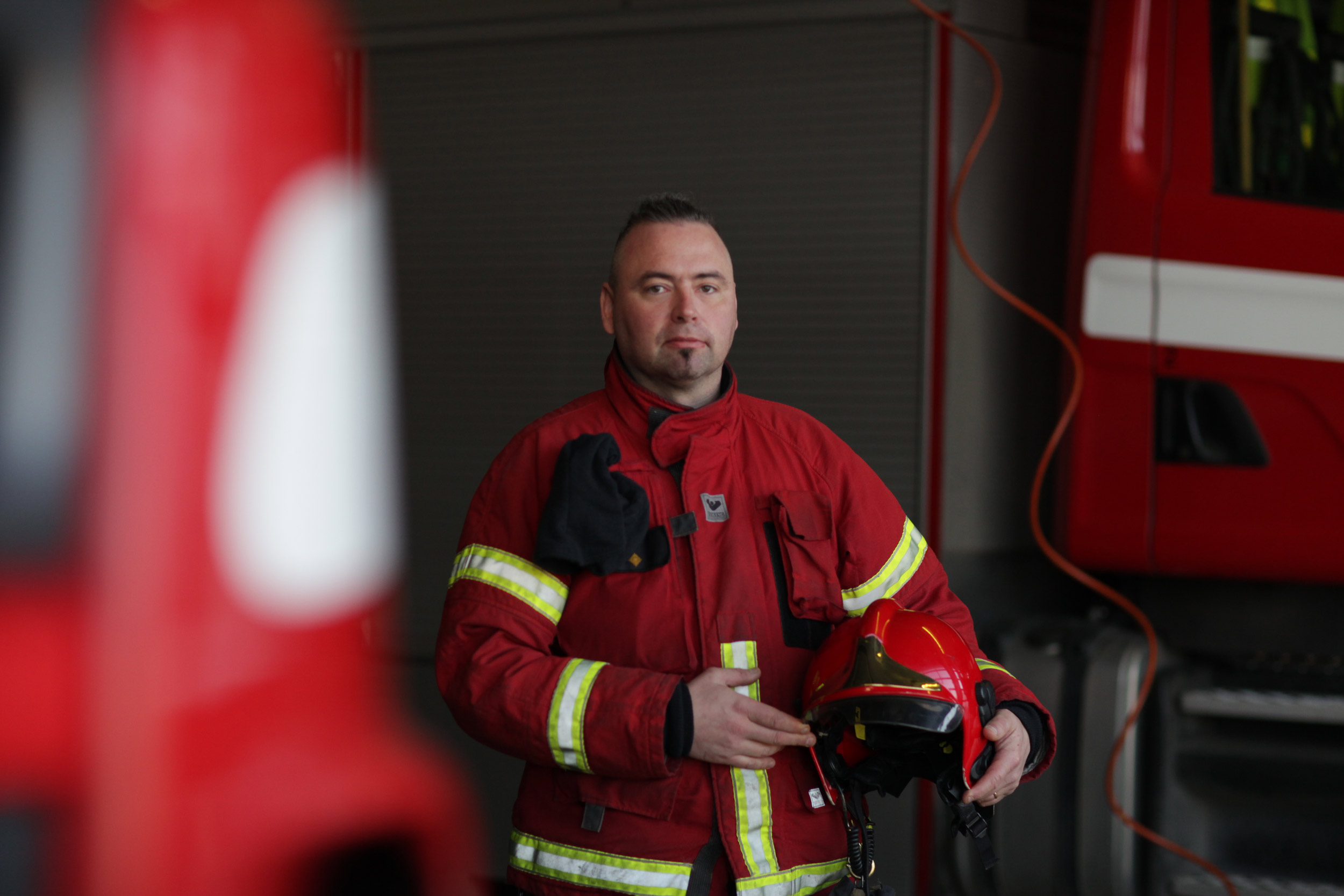 Jani Hohenthal palomiehen työvaatteissaan