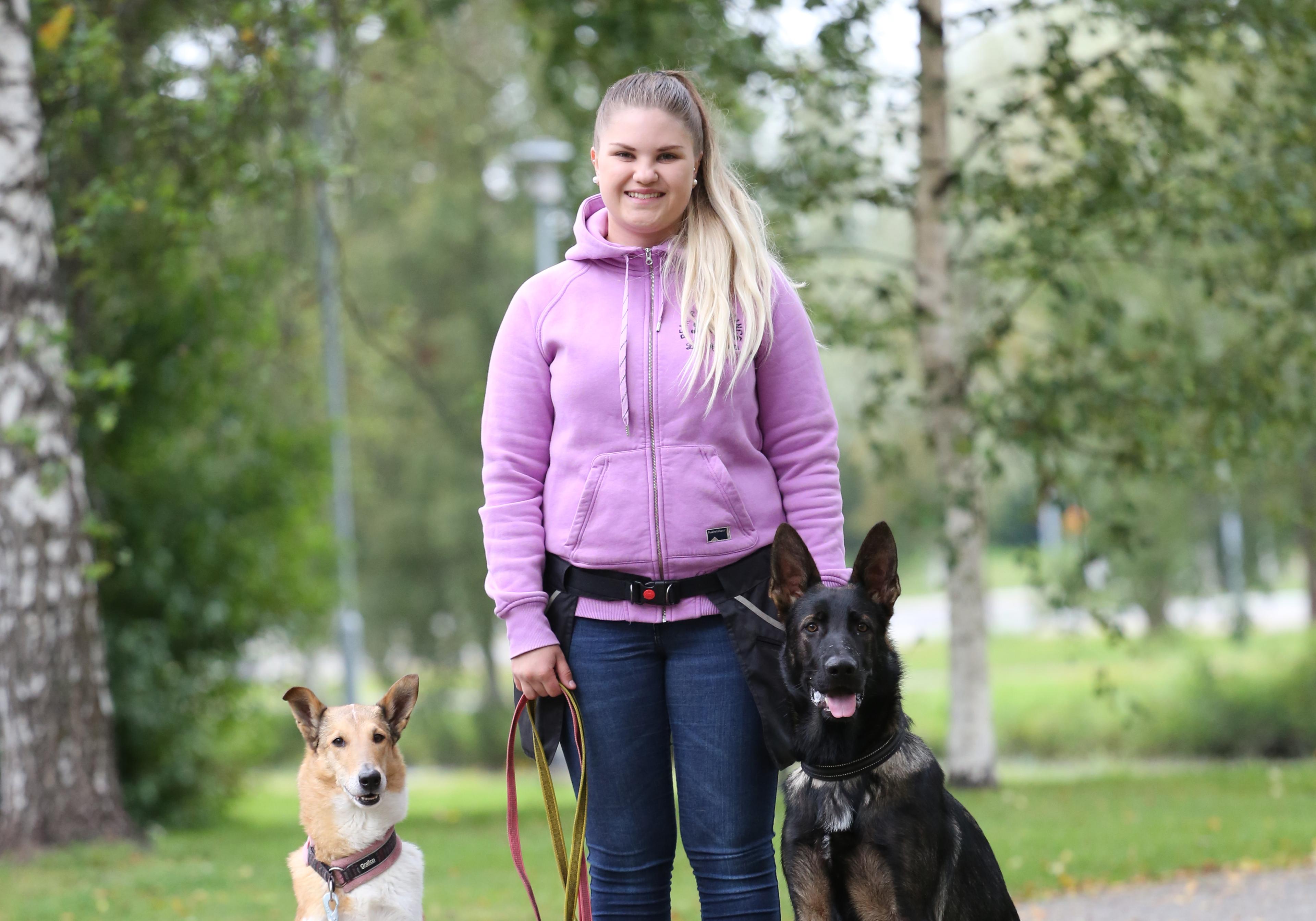 Janita Häggman koiriensa kanssa