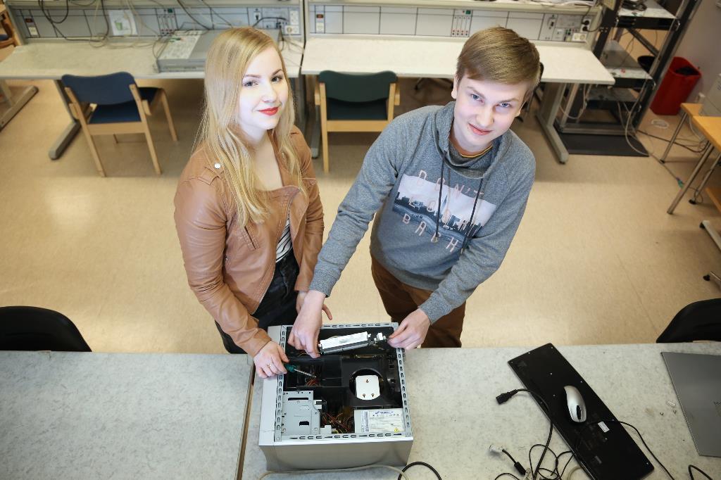 Kuvassa opiskelijat tekemässä asennusta tietokoneeseen