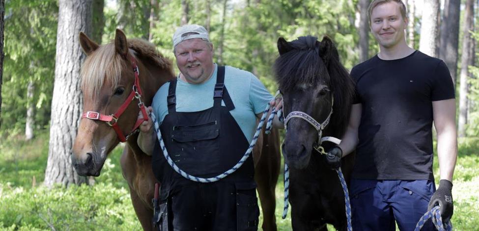 Juha Puurula ja Jimi Peltoniemi hevosten kanssa