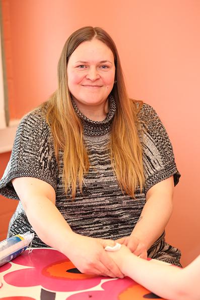 Johanna Mäkelä tekemässä akupunktiota