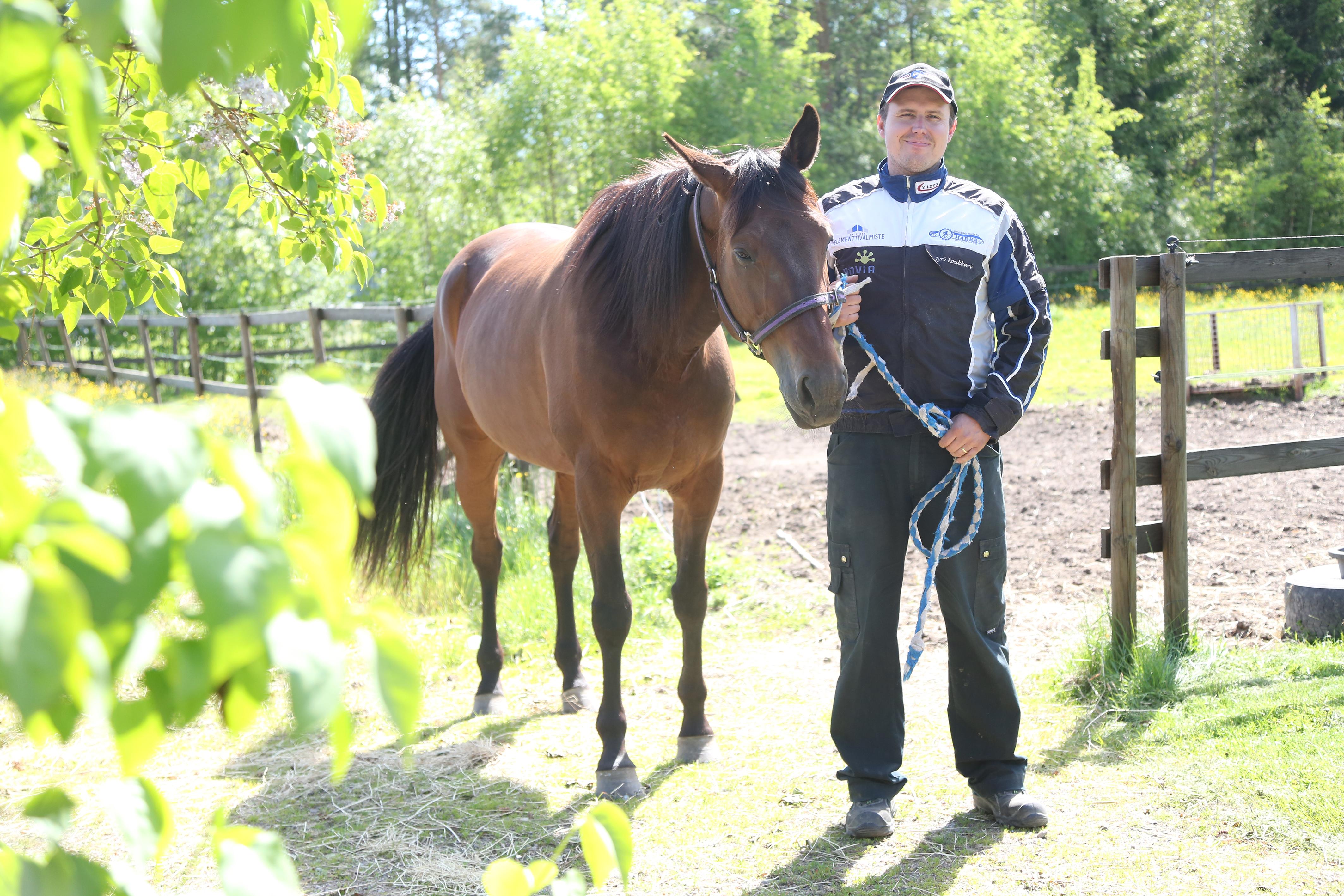 Jyri Koukkari hevosensa kanssa