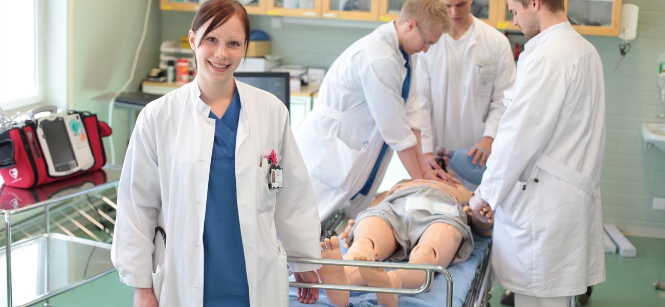 Kesälääkärit työskentelemässä simulaatiotilassa