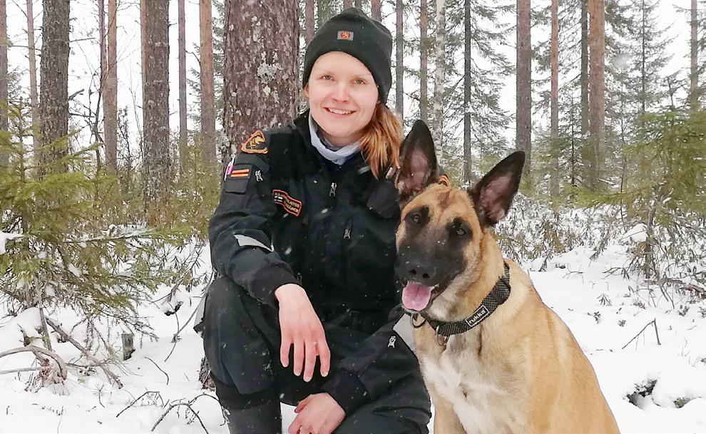 Riikka Mäkäräinen kuvassa koiransa kanssa