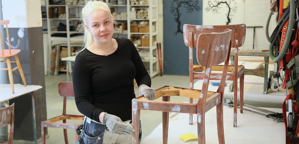 Kuvassa entisöidään tuolia