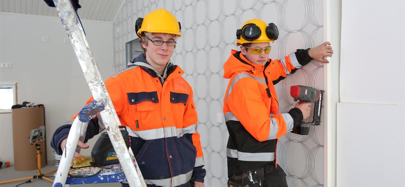 Opiskelijat rakennusprojektin kimpussa