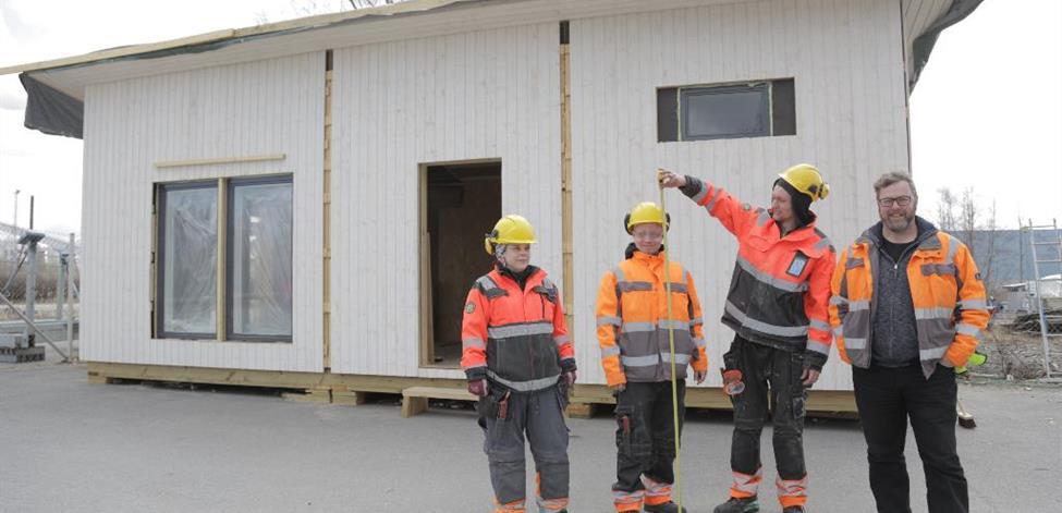 Opiskelijat ovat rakentaneet minitalon Pietarsaaressa