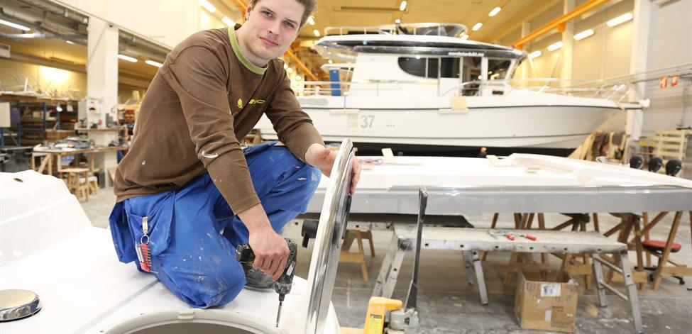 Niklas Tyynismaa työskentelee veneenrakentajana