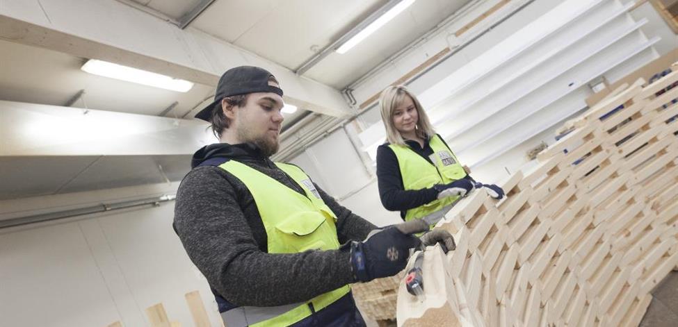 Niko Honkala ja Annika Kujala työstämässä puuta