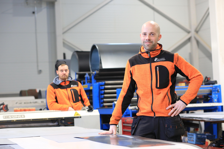 Kuvassa Rakennuspeltisepänliike Rönnkvistin yrittäjä Mikael Rönnkvist poseeraa tuotantohallissa.