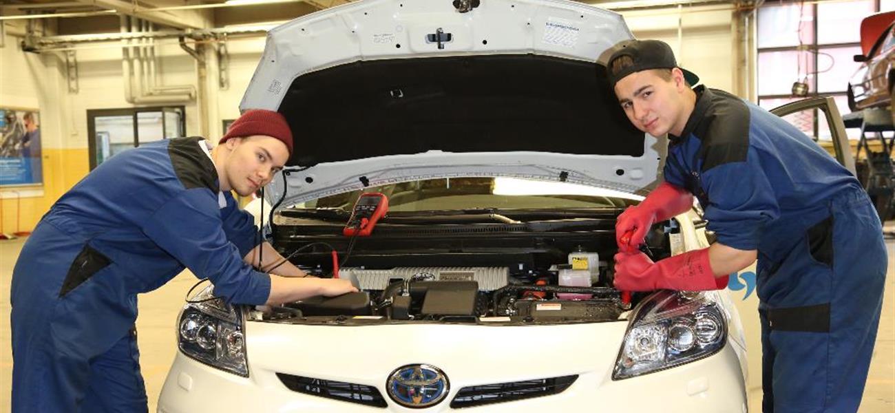 Rami Lehtinen ja Markus Viitasalo Toyotan kimpussa
