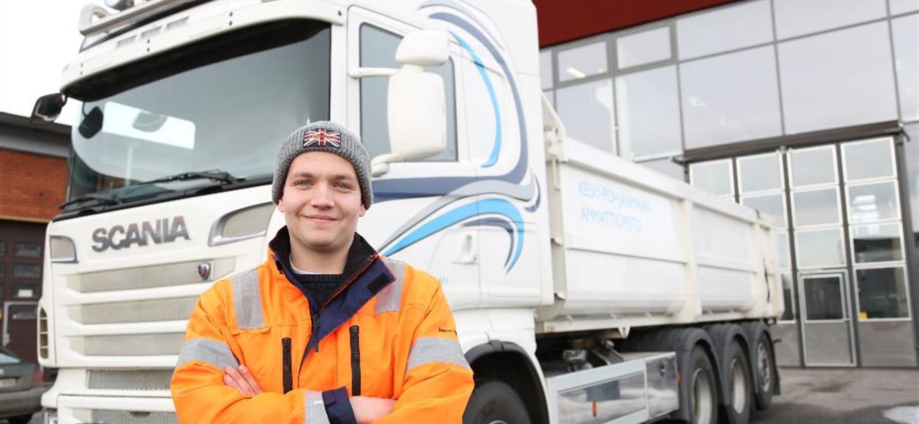 Sami Mäkitalo kuvassa kuorma-auton edustalla