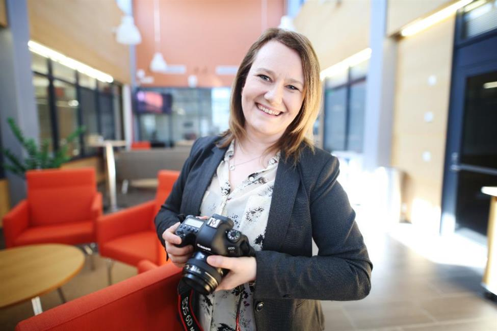 Tiina Harjunpää kameran kanssa