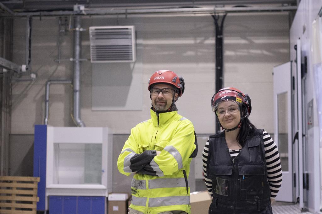Tuomo ja Heidi tuotantotiloissa
