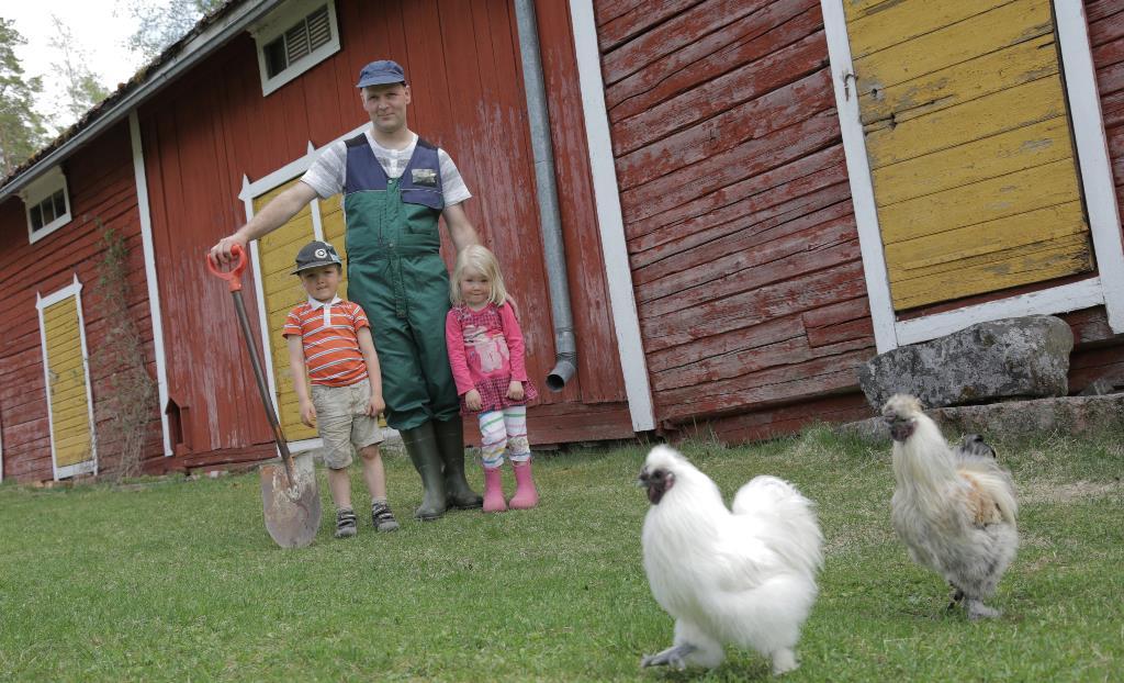 Mikko Vähäsöyrinki lasten ja kanojen kanssa