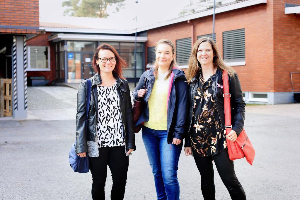 Kuvassa opiskelijat poseeraavat ulkona.