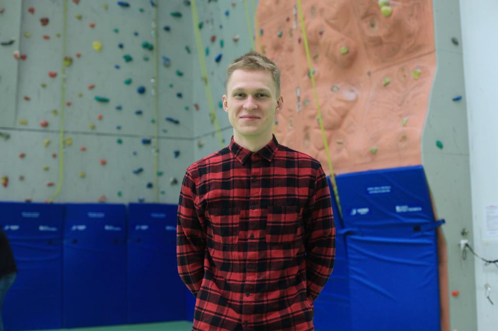 Nuoriso- ja vapaa-ajanohjaajaksi valmistunut Valtteri Konttila poseeraa liikuntahallissa seisoen.